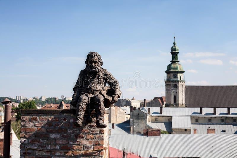Monument de ramoneur sur le toit à Lviv, Ukraine photos stock