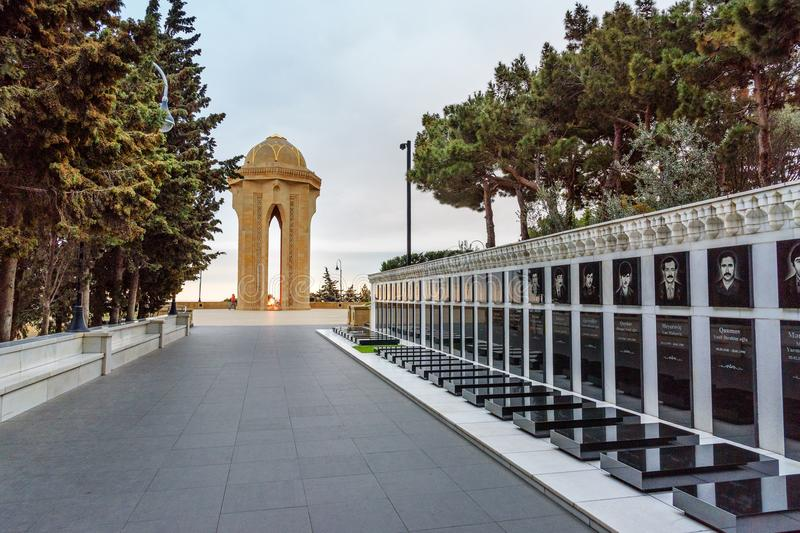 Monument de ruelle et de Shahidlar de ` de martyres ou monument éternel de flamme le soir bakou l'azerbaïdjan image stock