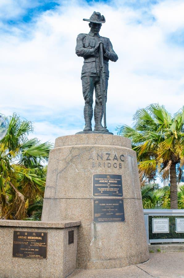 Monument de statue d'Anzac se tenant contre le jour nuageux de ciel bleu au pont d'Anzac photo stock