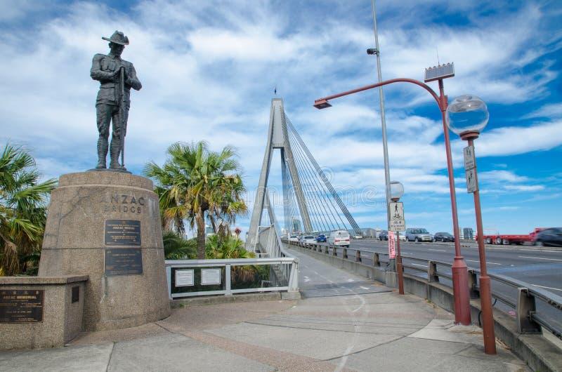 Monument de statue d'Anzac se tenant contre le jour nuageux de ciel bleu au pont d'Anzac photos stock