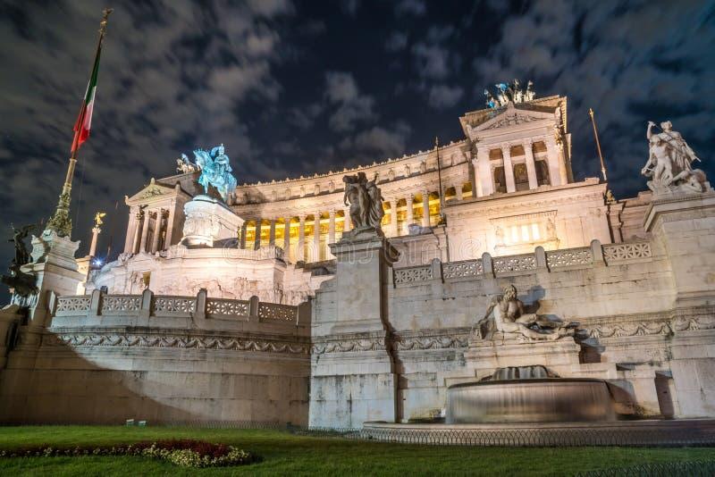 Monument de Vittorio Emmanuel II sur la place de Venise à Rome la nuit, image stock