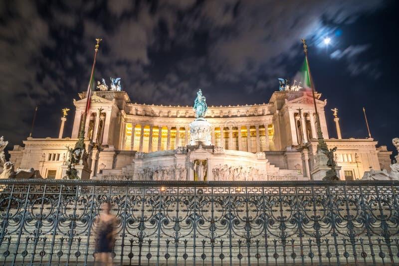 Monument de Vittorio Emmanuel II sur la place de Venise à Rome la nuit, photos libres de droits