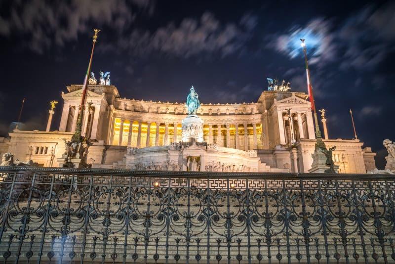 Monument de Vittorio Emmanuel II sur la place de Venise à Rome la nuit, images stock