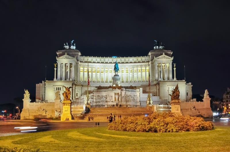 Monument de Vittorio Emmanuel II sur la place de Venise à Rome la nuit, Italie photo libre de droits