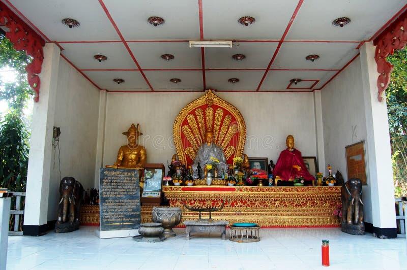 Monument der Königin-Jamadevi an Wat Phaya Wat-Tempel für Leutebesuch stockfotografie