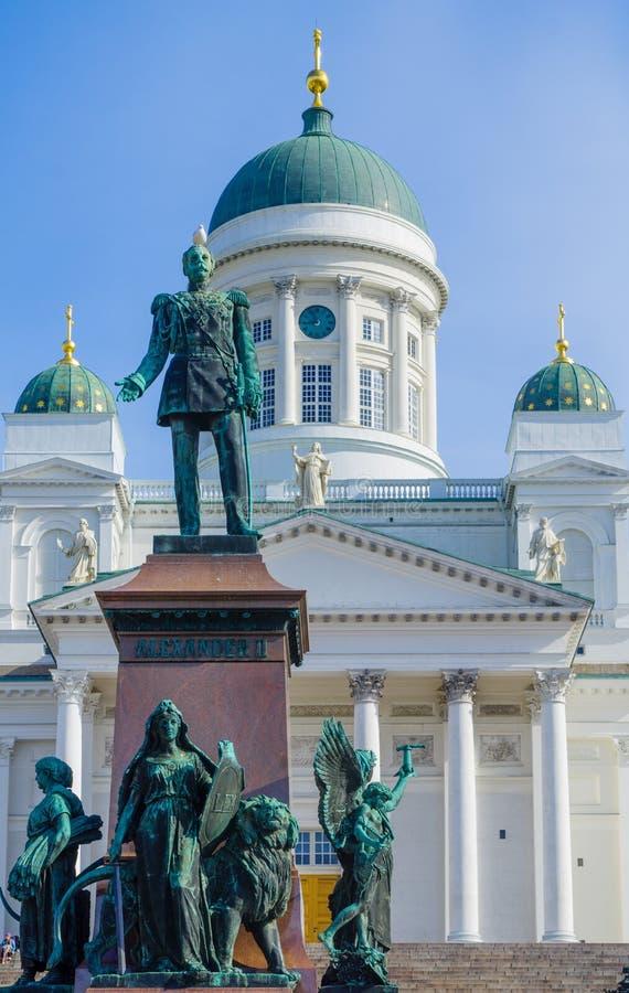 Monument des Kaisers Alexander II. und lutherische Kathedrale, in den Hel lizenzfreie stockfotos