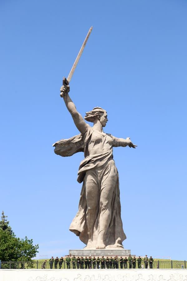 Monument die Mutterlandsanrufe! und Soldaten lizenzfreies stockbild