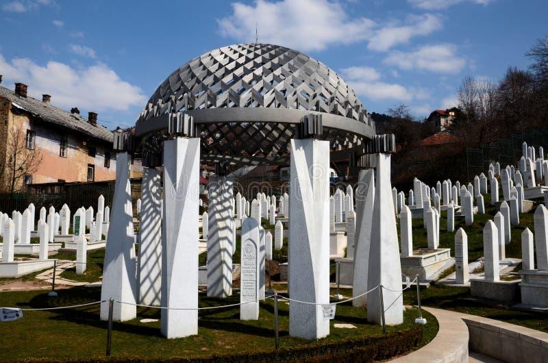 Monument die President Izetbegovic graf merken bij Martelarenbegraafplaats Kovaci Sarajevo Bosnië royalty-vrije stock afbeeldingen