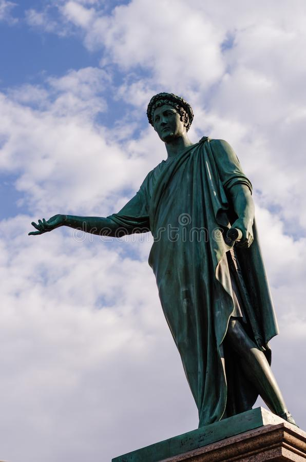 Monument du Duc de Richelieu sur fond de ciel nuageux Premier maire d'Odessa Statue de bronze Odessa, Ukraine photos stock