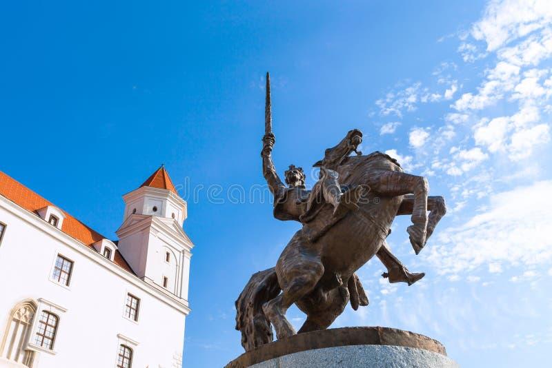 Monument du Roi Svatopluk I dans le château de Bratislava images stock