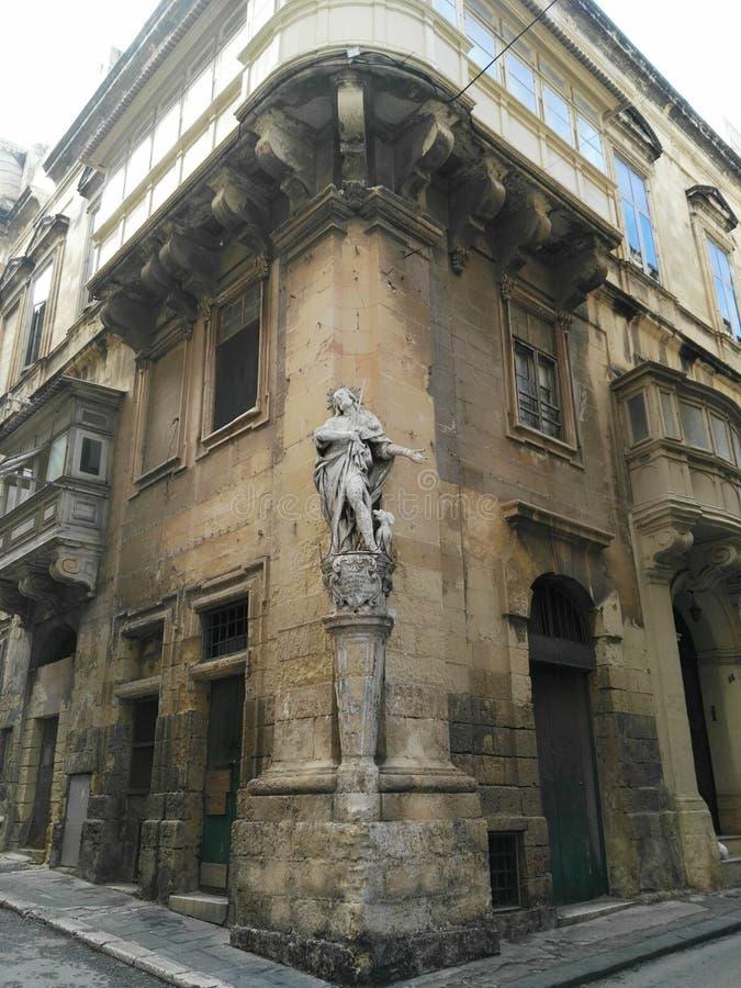 Monument in einem Eck w?hrend in Malta lizenzfreie stockfotos
