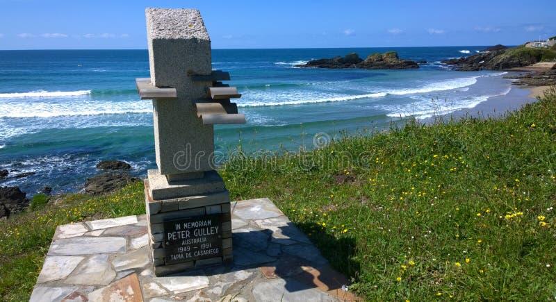 Monument en strand in Tapia DE Casariego, Asturias, Spanje royalty-vrije stock afbeeldingen
