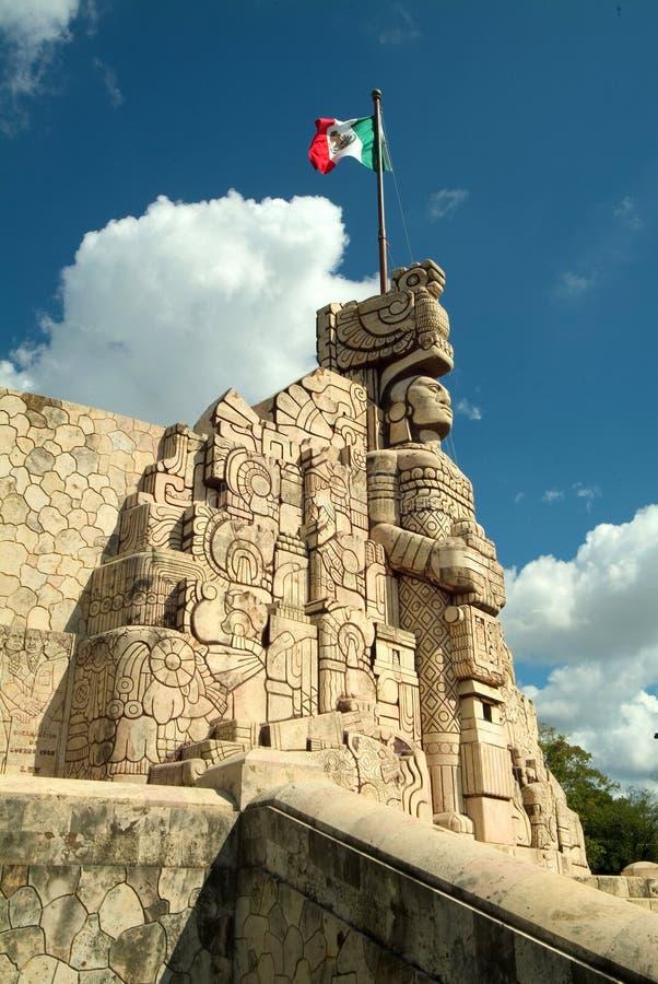 Monument en vlag in Yucatan stock afbeeldingen
