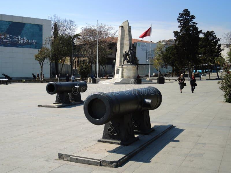 Monument et drapeaux à Istanbul, Turquie image libre de droits