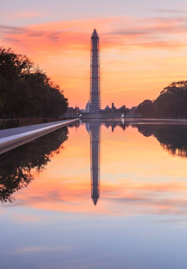 Monument et réflexion de Washington DC au lever de soleil photographie stock