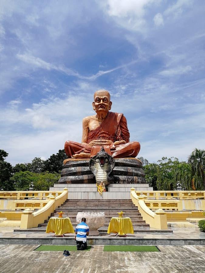 Monument för buddistisk munk i Thailand royaltyfria bilder