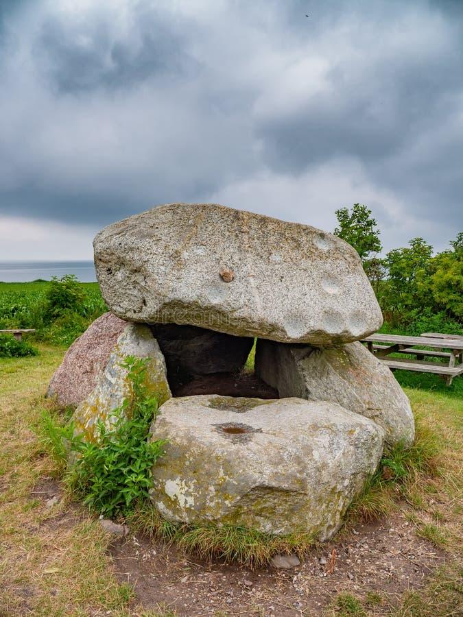 Monument för jordfästning för ålder för Klokkestenen klocka-sten sten på Lyoe i Danmark fotografering för bildbyråer