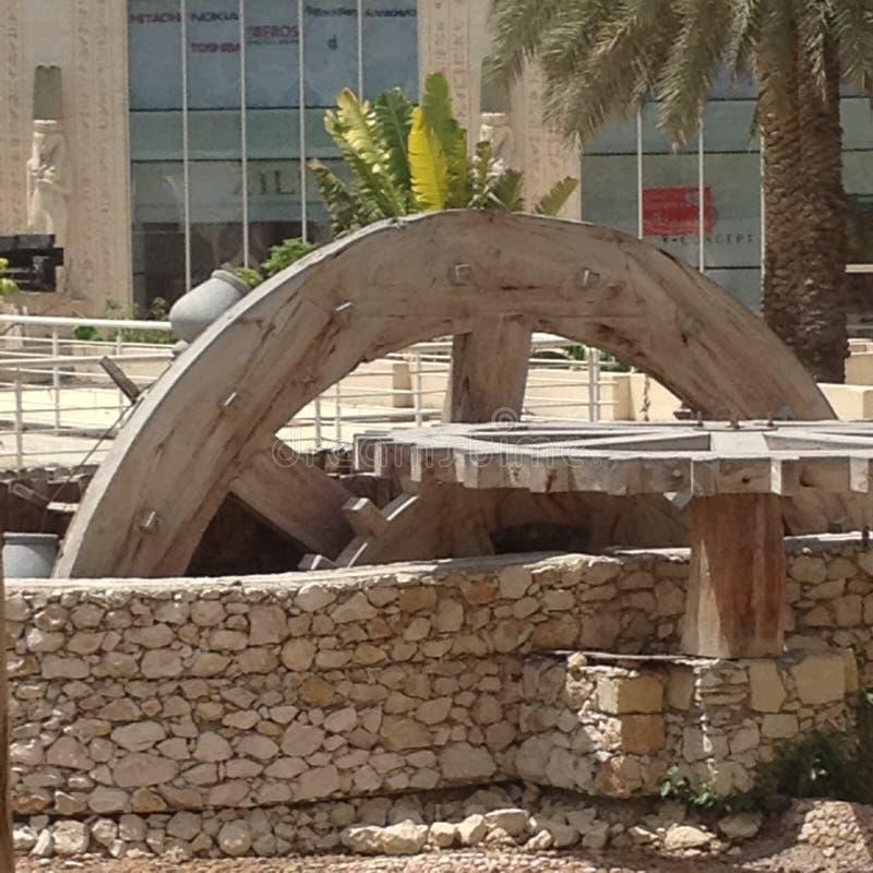 Monument för vattenhjul på de huvudsakliga domstolarna av den Wafi mitten i Dubai, Förenade Arabemiraten royaltyfri foto