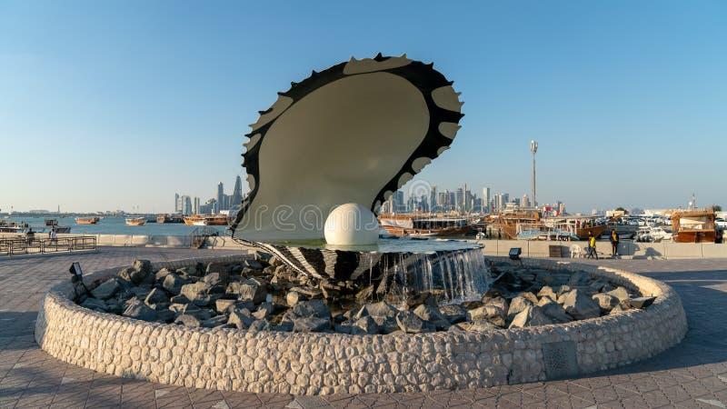 Monument f?r p?rla- och ostronspringbrunngr?nsm?rke p? den Corniche staden Doha, Qatar arkivfoto