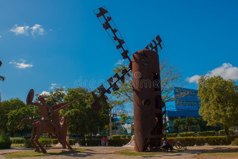 Monument Holguin, Kuba: Statue von Don Quichote auf Pferd, Sancho Panza und Mühle lizenzfreies stockfoto