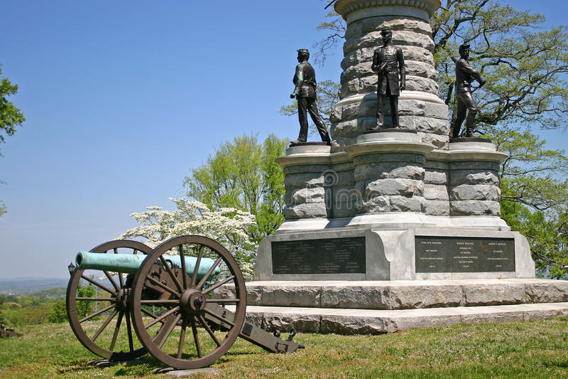 Monument & kanon royaltyfri bild