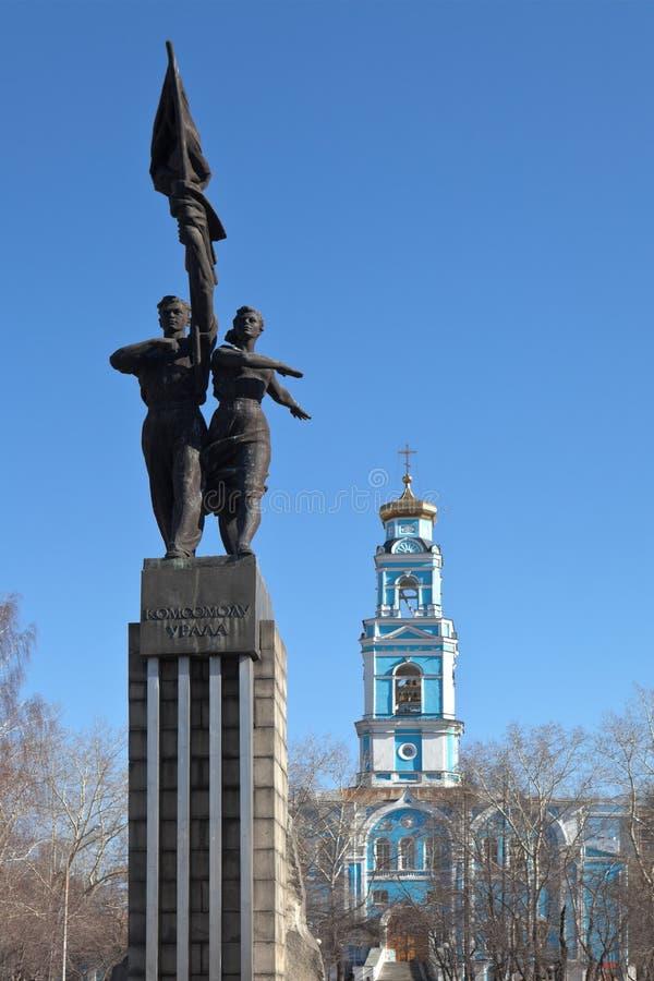 Monument Komsomol Urals und der Glockenturm der Besteigungs-Kirche Ekaterinburg Russland lizenzfreies stockbild