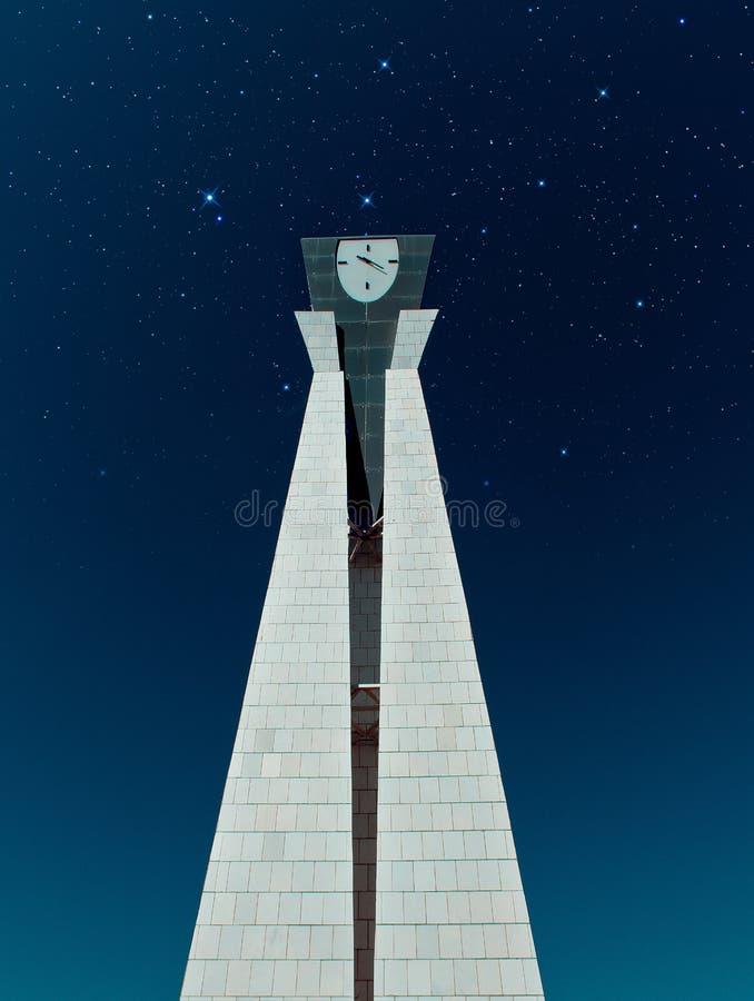 Monument med en klocka arkivfoto