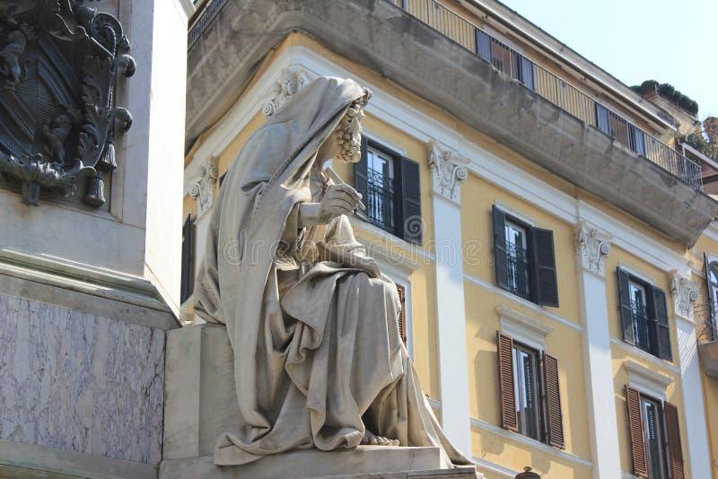 Download Monument met beeldhouwwerk stock foto. Afbeelding bestaande uit hemel - 114226508