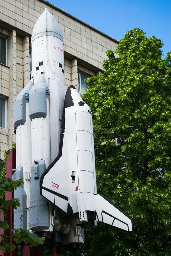 Monument met een verminderd exemplaar van opnieuw te gebruiken ruimtevaartuig, raket stock afbeelding