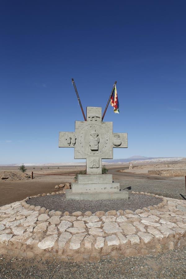 Monument mit Flagge von Aymara-Leuten am Valle-De-La Luna oder am Mond-Tal lizenzfreie stockbilder