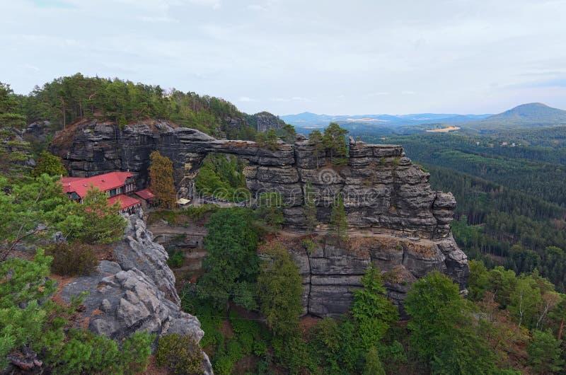 Monument naturel, monument de roche, porte de grès - porte de Pravcice en parc national de Bohème de la Suisse image stock