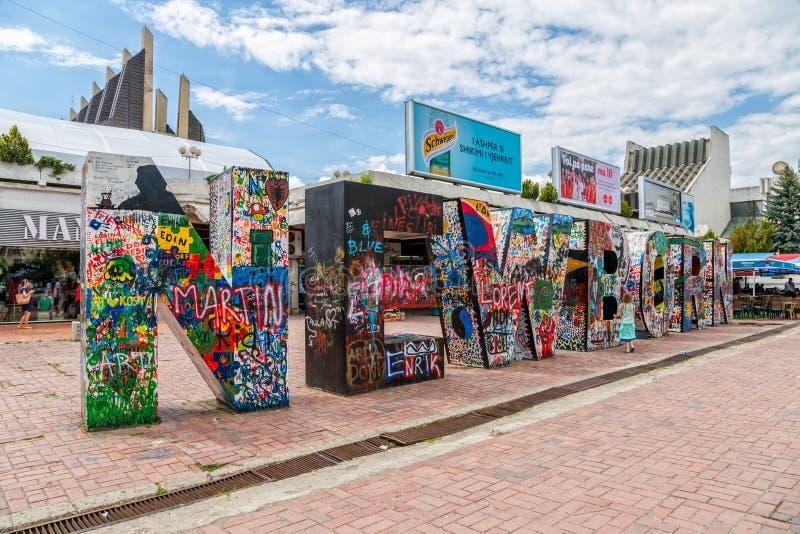 Monument nouveau-né dans Pristina images libres de droits