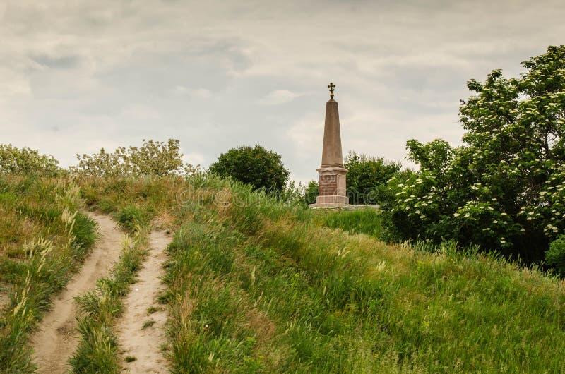 Monument op de heuvel onder green stock foto's