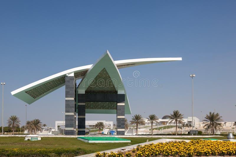 Monument på den internationella flygplatsen av Abu Dhabi royaltyfria bilder