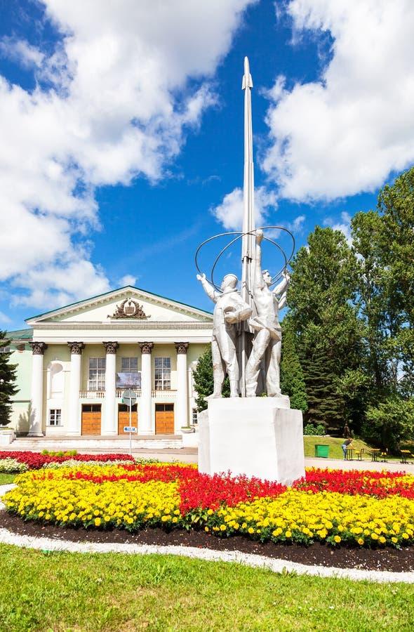 Monument på den Spasskaya fyrkanten i solig dag för sommar arkivfoto