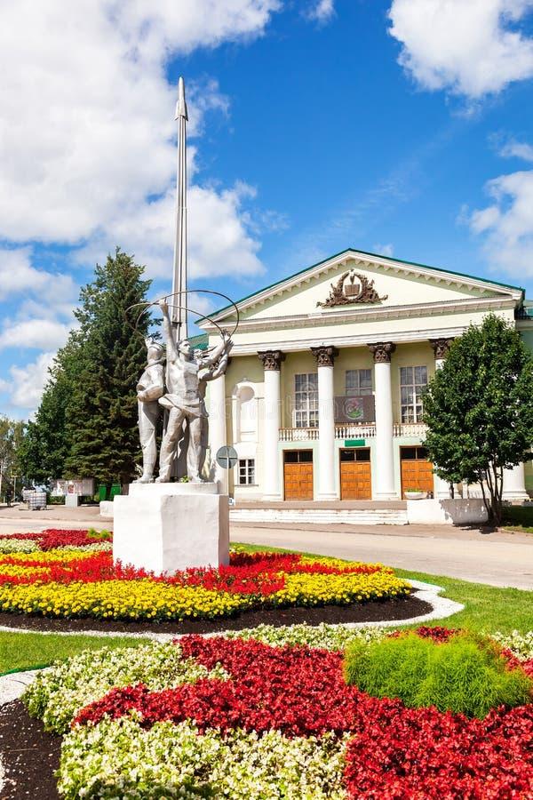 Monument på den Spasskaya fyrkanten i solig dag för sommar Borovichi arkivbild