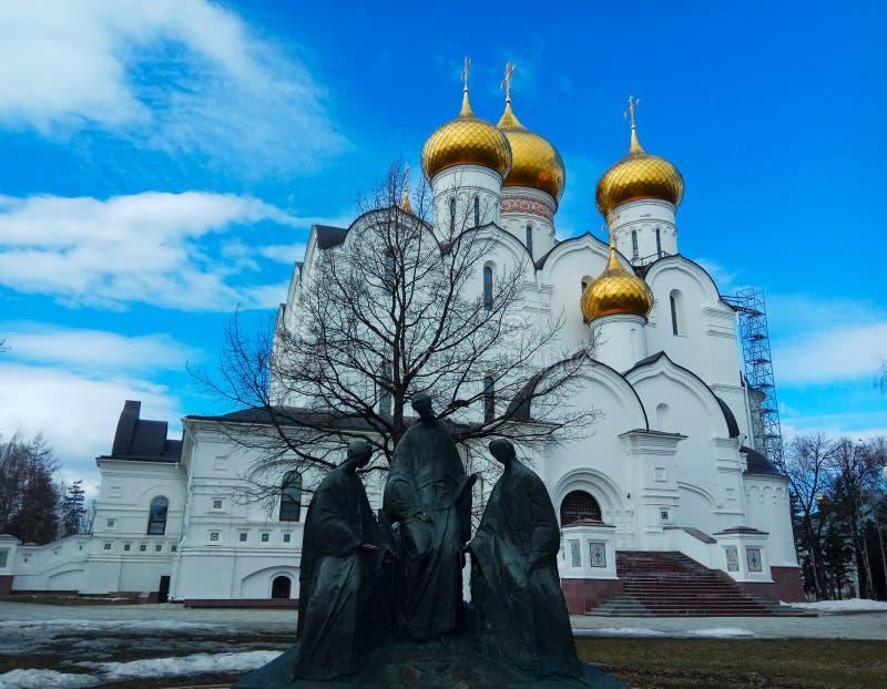 monument-reproduktion av målningar vid Andrei Rublev & x22; Heliga Trinity& x22; mot bakgrunden av den ryska ortodoxa kyrkan royaltyfria foton