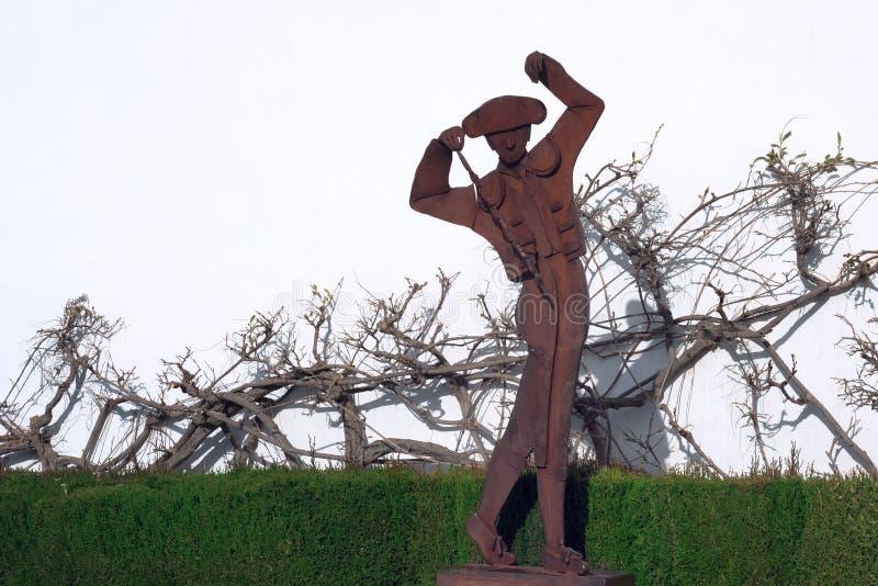 Monument rouillé en métal au toréador près de l'arène célèbre à Ronda Plaza de Toros dr?le photo libre de droits