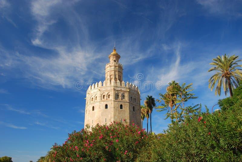 Monument in Sevilla - Toren van goud, Spanje stock afbeeldingen
