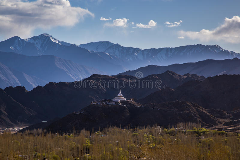 Monument Shanti Stupa de Budhist dans Leh, Ladakh image libre de droits