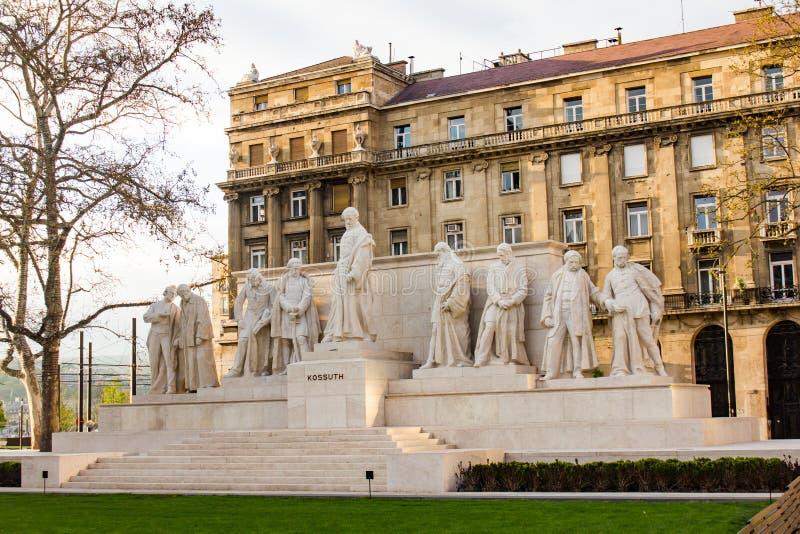 Monument som är hängiven till Lajos Kossuth arkivfoton