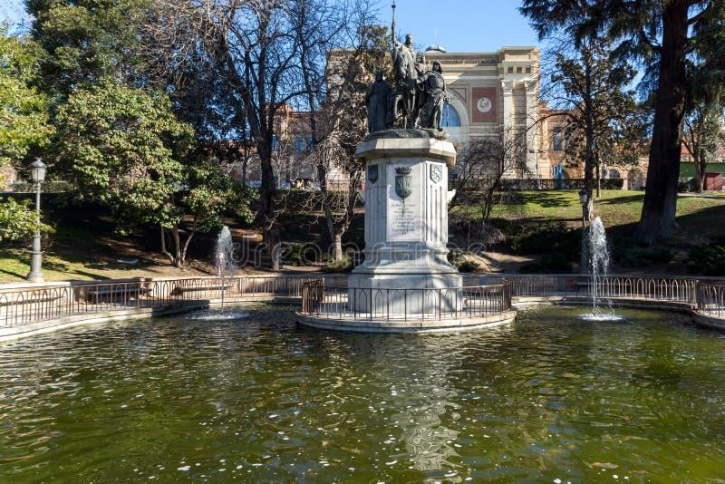 Monument som gör till drottning Isabella I katoliken på den Paseo de la Castellana gatan i stad av Madrid, Sp royaltyfria bilder