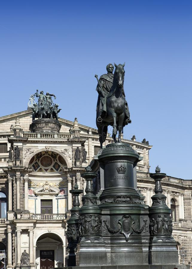 Monument som gör till kung John för Semperoper operabyggnad i Dresden royaltyfri bild