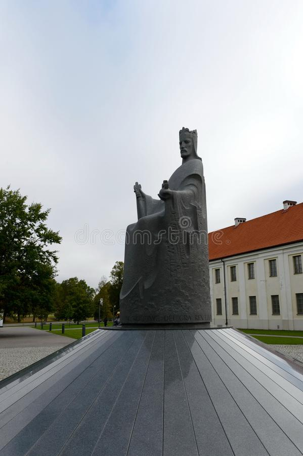 Monument som gör till kung Mindaugas i Vilnius arkivbilder