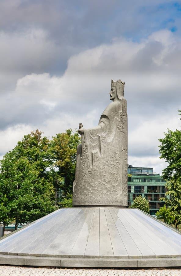 Monument som gör till kung Mindaugas, Vilnius arkivfoton