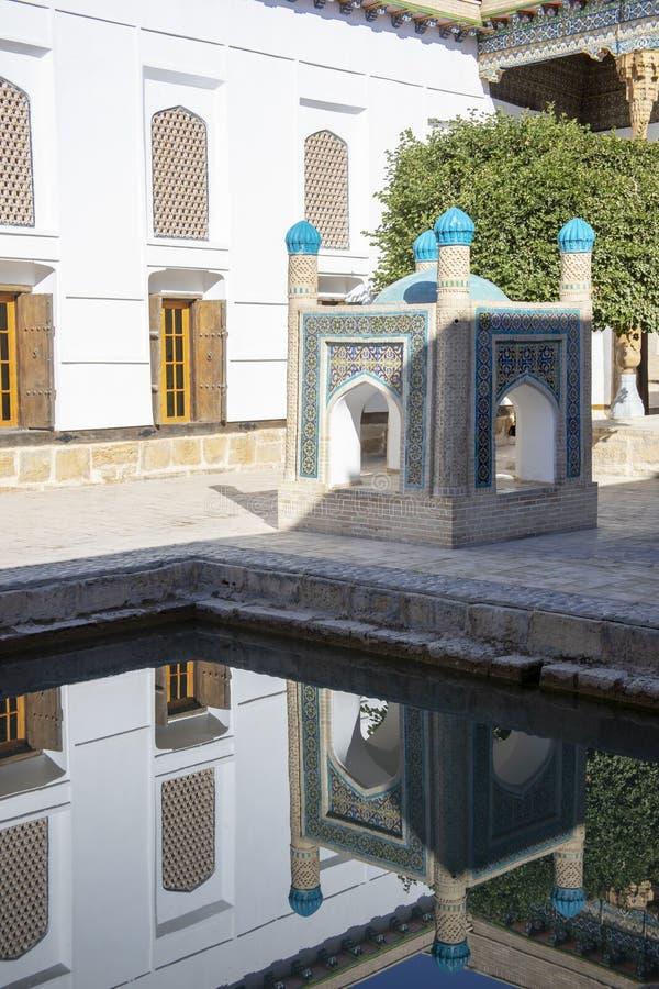 Monument som reflekterar i pöl i borggården, mausoleum av Bahouddin fotografering för bildbyråer