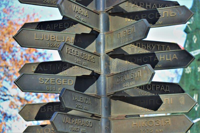 Monument, som visar avståndet och riktningen av många europeiska städer, från Odessa arkivfoto