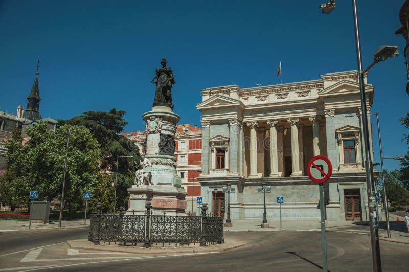 Monument sur la rue devant le bâtiment à Madrid image stock