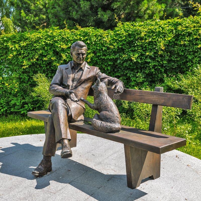 Monument till akademikern Dmitry Belyaev byggnad i stadens centrum moderna novosibirsk russia arkivbilder