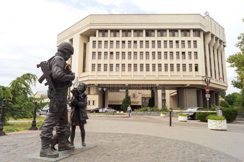 Monument till artigt folk på bakgrunden av tillståndsrådet av republiken av Krim arkivfoto